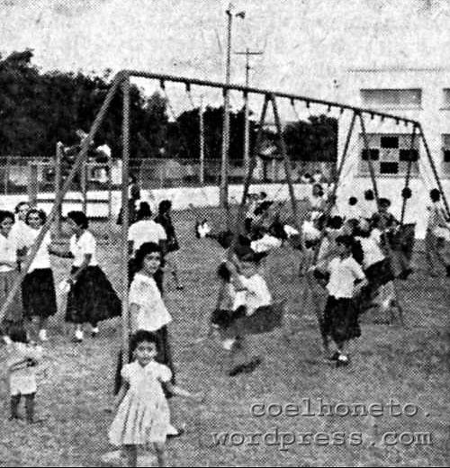 Crianças se divertem na inauguração do Parque de Recreação, em 1955.